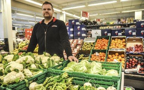 Gir bort: Tor-Magne Tømmermo på Spar i Heddalsveien er opptatt av å ikke kaste spiselig mat. Han gir bort det aller meste av mat som regnes som «utgått på data» - i stedet for å kaste det i søpla.
