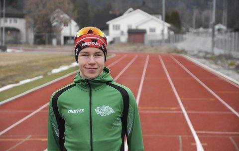 BEGGE DELER: Vebjørn Hovdejord (16) med Heddal IL-lue og Snøgg-jakke. Unggutten kombinerer ski og løping mellom de to klubbene, og hevder seg i toppen i begge deler.