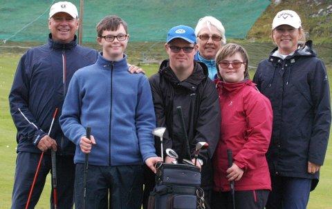 Jonathan B. Thiis (14 år), Stig Atle Olsen (36 år) og Guri Reitan (19 år) koste seg på golfbanen sammen med Andreas Lossius, Anna Rita Hole og Kari Lise Kongshaug.