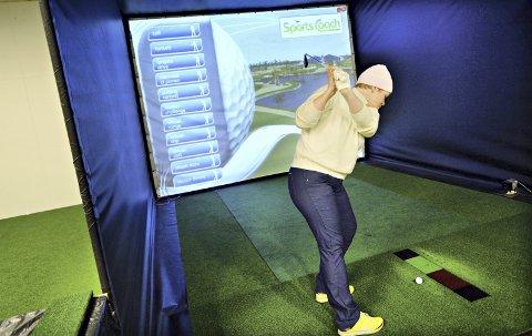 SIMULATOR: Susanne Kirk Lossius sier det er svært god trening å spille i en golfsimulator.