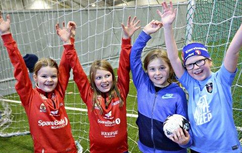 Moro med håndball: Ingvild Risan (fra venstre), Marie Talleraas, Marta Løkvik og Elisa Mari Aas-Johansson fra Nordlandet barneskole hadde det moro med håndball i Nordvesthallen.