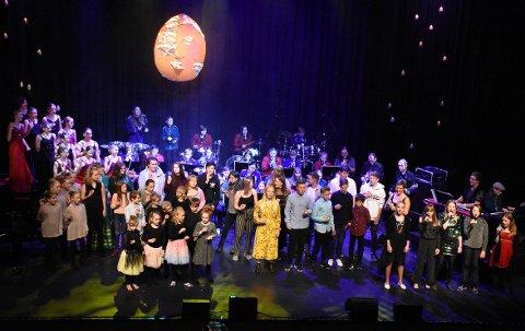 KNALL: De over hundre aktørene samlet til avslutningsnummeret Mamma Mia. Gallaforestillingen Gullegget ble kjempeflott, og fikk vist noe av resultatet som en god kulturskole bidrar til.