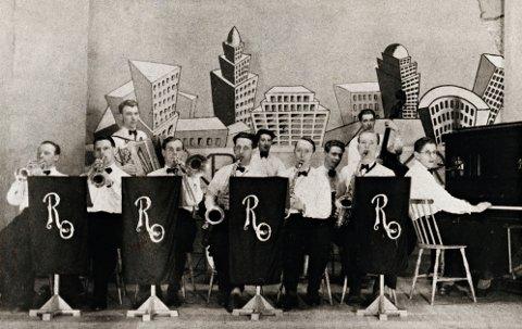 Rytmeklubbens orkester 1943/44: Første rekke fra venstre: Petter Furseth, Håkon Pedersen, trompet; Bjarne Sakshaug, trombone; Ottar Schnell, Niels Heyerdahl, Jan Jahnsen, saxofoner; Egil «Gurki Jacobsen, piano. Andre rekke fra venstre: Rolf Stavrum, trekkspill; Werner Borøchstein, trommer; Helge Eilertsen, gitar; Karl Teige, bass.