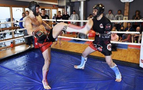 Internoppgjør: Magnus Pedersen (til venstre) møtte klubbkompis Jonas Myhrer til duell i thaiboksing lørdag.