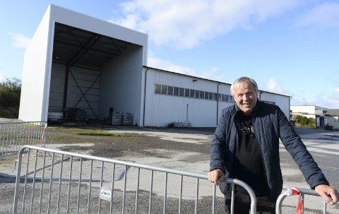 På nye tomter: Kjell Otto Hoel og Braatthallen har kjøpt et nytt lagerlokale på Hagelin for å ha plass til alt utstyret som Braatthallen disponerer.