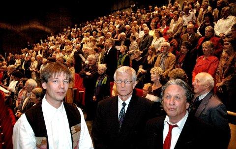 DEBATT: Svein Sæter (til venstre er møteleder når leder Nils Ulvund i Sunndal mållag inviterer til åpent informasjonsmøte om målformen ved Ålvundfjord skule tirsdag 19. mars. Her sammen med skuespiller Jon Eikemo ved en tidligere anledning.