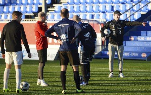 På feltet: Andreas Rødsand gir sine instruksjoner på Kristiansund stadion. Seriestarten i 4. divisjon er kun ei uke unna. KFK starter med bortekamp mot Eide/Omegn tirsdag 23. april.