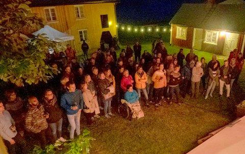FOLKSOMT: Nesten tre hundre publikummere fylte gårdstunet i Slettnesen fredag kveld, da Norsk Vandrefestival åpnet.