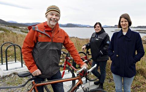 Nye sykkelstativ: Ola Fremo fra Friluftsrådet og Britt Engvig Hjelle (i midten) og Maren Alvheim Aabak fra Kristiansund kommune håper mange vil bruke de nye sykkelstativene som er satt opp rundt om i Kristiansund. Totalt er det satt opp stativ i ti områder.