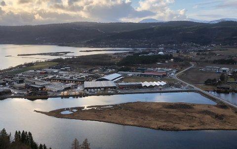 VEDTATT: Kommunestyret i Surnadal vedtok onsdag reguleringsplan for Syltøran-Røtet, som blant annet skal legge til rette for opprydding i et uoversiktlig trafikkbilde samt åpne for utvidelser av fotballanlegget til idrettslaget.