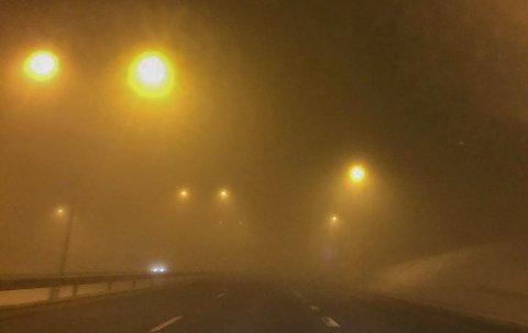 GRØT: Tåka ligger tett som grøt over E18. Den er så tett at det kan være vanskelig å oppdage avkjøringene på Kopstad og i Holmestrand i tide.