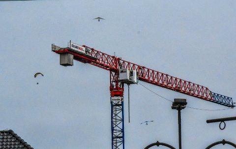 RESTRIKSJONER: Disse to hanggliderne og den ene paraglideren (t.v.) hang over Tønsberg sentrum lørdag formiddag, et sted med særlige restriksjoner på grunn av mulig helikoptertrafikk til sykehuset.