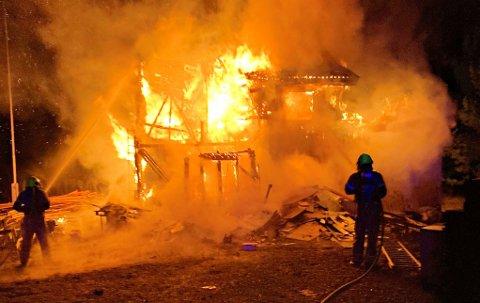 BRANN: En bolig brenner i Hof i Holmestrand kommune. Det skal være fare for spredning.