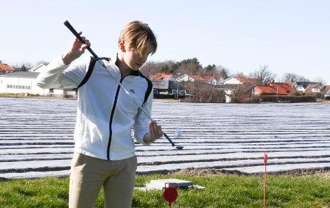 INSTAGRAM-KJENDIS: Kristoffer Larsen Hoen (18) fra Føynland er suveren i  trickshot med golfkølla. Han har millioner med visninger i sosiale medier.