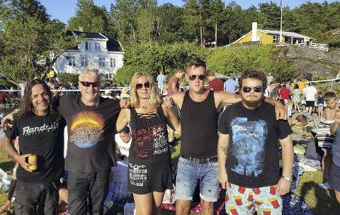 Nytt band: Rockebandet «Overload» debuterte på hagekonserten. - Her  er de i god stemning før sin opptreden, forteller Ole Jonas Kverndal. Han er sikker på at vi får høre mye mer fra denne gjengen. Privat foto