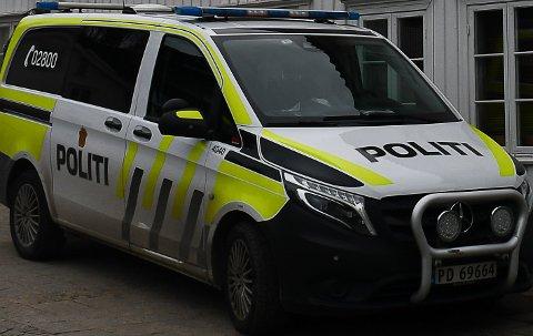 Politiet var til stede på en adresse i Tvedestrand lørdag.