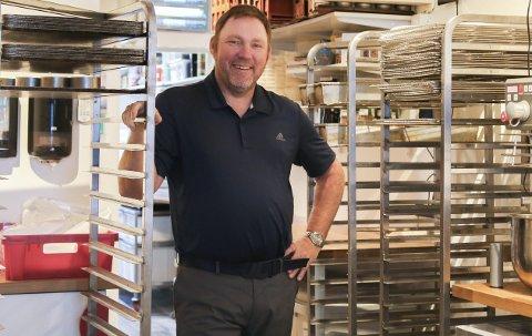 Tilbake: Det var Jon Åge som i sin tid som startet opp bakeri i det røde mursteinsbygget «Bonzo» i Gågata. Han la ned hele firmet bare måneder etter han åpnet i 2015, men nå gjør han en lite gjesteopptreden som baker for å hjelpe bakeriets eier og eneste baker Erlend Myhren. Foto: Marianne Stene