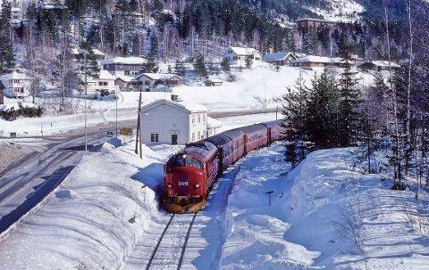 Siste driftsår: Passasjertog på Leira vinteren 1988.