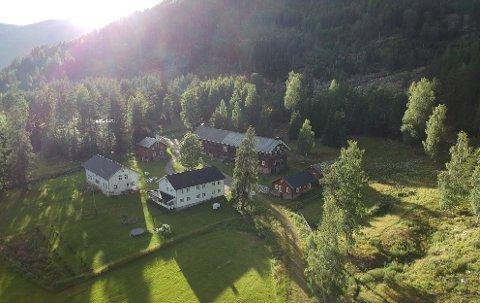 IDYLLISK: Piltingsrud Gard ligger i naturskjønne omgivelser i Sør-Aurdal. Garden er i full drift mens de i tillegg har både besøksgard, gardshotell og gardsbutikk.