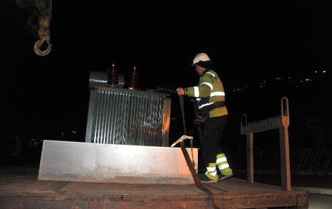 SMADRET:Folk fra Nettservice i ferd med å kjøre vekk den ødelagte transformatoren fra Steinbråten på Gjelleråsen torsdag kveld.