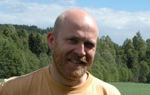 KAN BLI MEDHJELPER: Biolog Jeroen van der Kooij på Slattum er en av de i Norge som kan mest om flaggermus.
