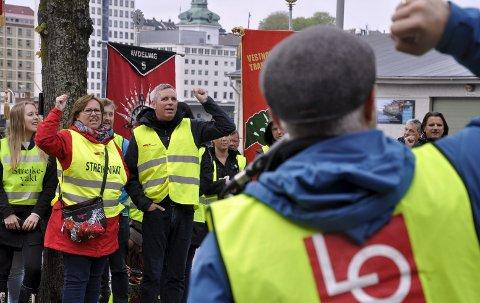 Også onsdag demonstrerte LO mot streikebryteri utenfor Havnekontoret og Radisson Blu-hotellet på Bryggen. Stadig flere streiker, og nå kan det skape problemer for Festspillene.