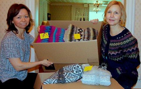 MANGE LEVERTE: Kate A. Furøy og Trude Skage Andersen viser fram noen av bidragene som ble levert inn onsdag kveld.