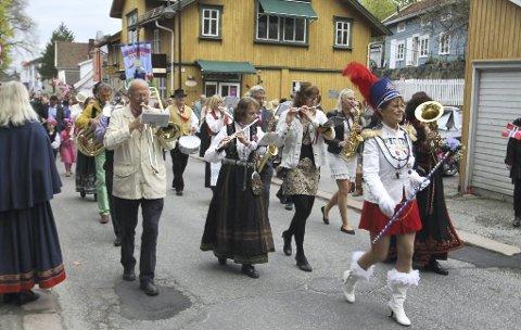 Sikrer stemning: Amtas Hjelpekorps består utelukkende av frivillige som børster støv av gamle instrumenter for å skape hyggelig liv i gatene på 17. mai. Staselig drillpike (foran) hører også med. arkivfoto