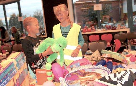 Litt av hvert: Maja Holand (11) og lillebror Oliver (9) slår fast at utvalget av leker er bra.