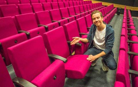 Martin Øsmundset inviterer til 460 nye sitteplasser i magenta farge i Ås kino.