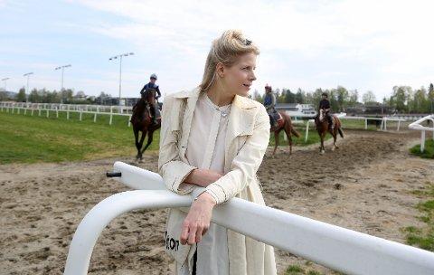 """HESTEJENTE: Kolstad vokste opp rett ved Øvrevoll Galoppbane og har et nært forhold til hester. I videoen til låten """"Catch 22"""" er det bare hester."""