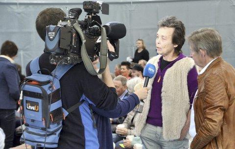 Leder i aksjonsgruppen Kristin Sørheim og Harald Storvik fra Bergmesteren Raudsand intervjues av NRK under folkemøtet om saken tidligere i sommer.