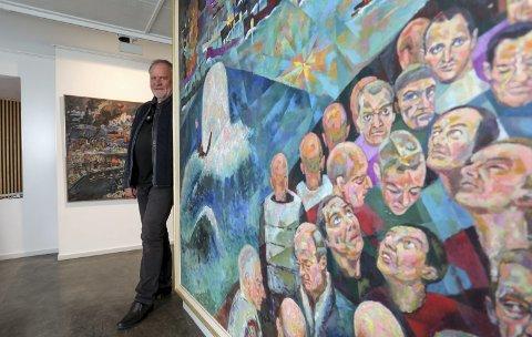 Konvoi: – Mange familier i Risør har et forhold til krigsseilere og konvoifart, sier Johan Songe, som har fått hentet flere malerier med motiver fra krigshandlinger i Norge til utstillinga som åpner til lørdag.foto: Stig Sandmo