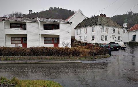 """Bygget til venstre for den såkalte """"søsterboligen"""" skal rives, men dette mener Arild Mathisen er et bevis på at kommunen har liten forståelse og interesse for nyere tids kulturminner."""