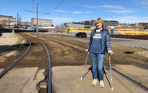 PÅ KRYKKER: På vei til Rikshospitalet hektet sykepleier Marit Nilsberg det ene beinet fast i skinnene slik at hun falt.