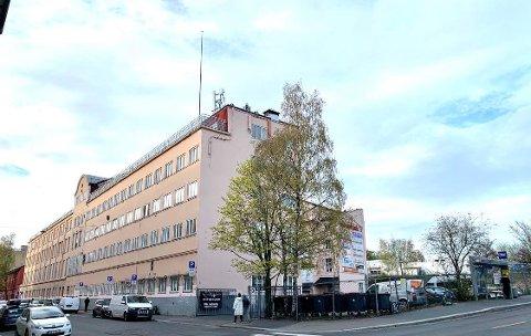 GYLLEN: Den korallfargede kjeksfabrikken dekker et helt kvartal på Vålerenga. Men mot Strømsveien er det bare en parkeringsplass i dag.