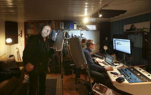 Nytt album: Halvdan Sivertsen jobbet i går med å legge vokalspor på sitt kommende album, hjemme hos Are Bredahl Simonsen. Begge Foto: Tom Melby