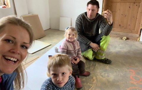 PUSSER OPP: Familien på fire pusser opp barndomshjemmet til Oda. Avbildet er Oda, sønnen Ole, datteren Mathea og mannen Kim Stian. Foto: Oda Bjørnerud Stepperud