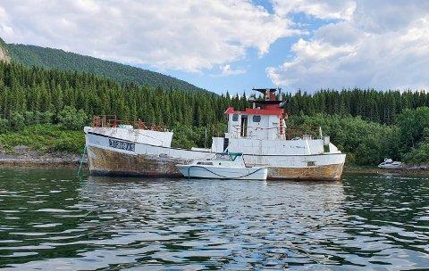 – Det er klart man er engstelig for at den skal gå ned i en storm, sier en bekymret hytteeier i Skjerstad om denne båten som skal ha ligget fortøyd utenfor Halsodden i tre år.