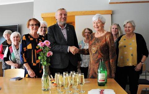 Varaordfører Ola Smeplass takket Sidsel Ross Møllersen og de andre sanitetsdamene for årelang frivillig  innsats.
