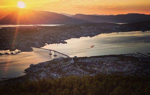 TROMSØ PÅ SITT BESTE: Det er flere uker siden vi hadde slike kvelder i Tromsø. I juni og deler av juli sjenket imidlertid værgudene oss i nord mange varme og gode dager.