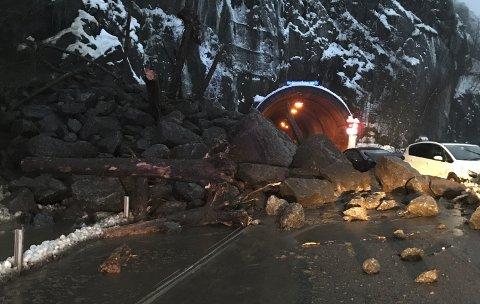 Steinraset gikk rett på utsiden av på utsiden av Lausasteintunnelen i Odda.