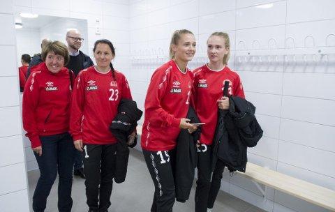 Nytt: I går fikk Sandviken en omvisning på det nye stadionanlegget på Stemmemyren. Etter flere års kamp står stadionanlegget endelig ferdig. Søndag            blir anlegget offisielt åpnet, da Sandviken møter Medkila til toppseriekamp. Her ser vi Mette Hammersland (fra venstre), Marije Brummel, Marina Jensen og Camilla Ervik. Bak står idrettsbyråd              Pål Hafstad Thorsen.FOTO: MAGNE TURØY
