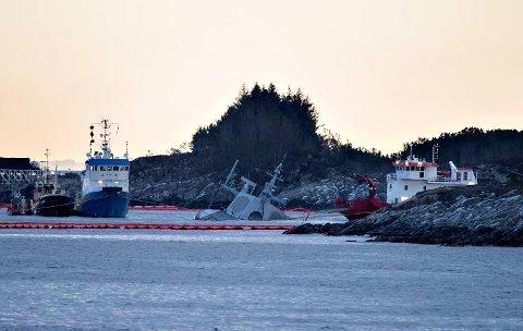 Arbeidet med å fjerne drivstoff fra den havarerte KNM «Helge Ingstad» pågikk hele helgen. Dette bildet er tatt søndag. Foto: Marit Hommedal / NTB Scanpix