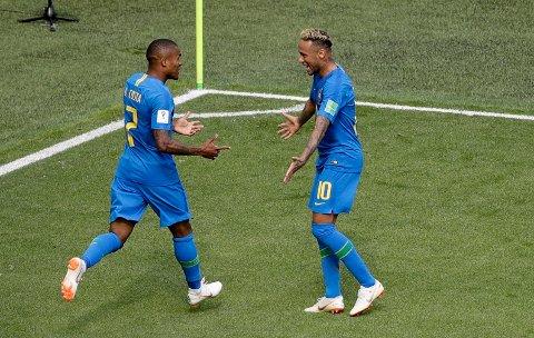 Neymar feirer scoringen med Douglas Costa.
