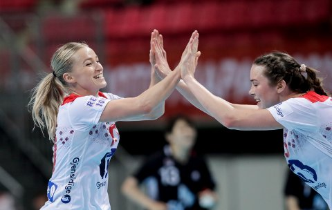 Stine Bredal Oftedal og Kari Brattset Dale under VM kampen mellom Sør-Korea og Norge. Foto: Vidar Ruud / NTB scanpix