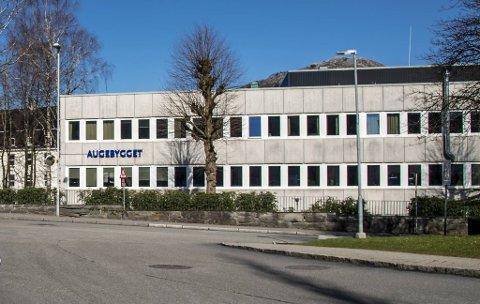 Operasjoner på Augeavdelinga på Haukeland Universitetssykehus må flyttes og utsettes på grunn av koronasmitte.