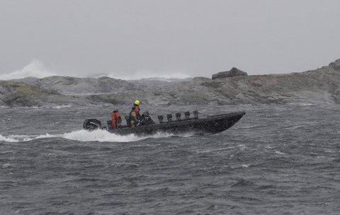 Svært mange båter var onsdag i aksjon under vanskelige leteforhold. I dag fortsetter letingen etter den savnede fiskeren.