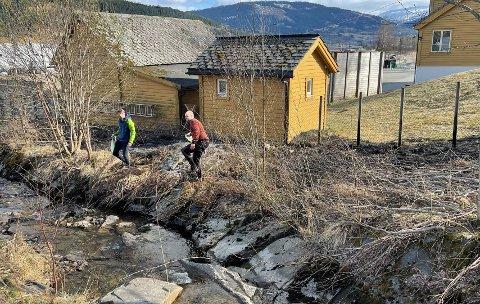 Kenneth Bryn og Øyvind Hjortland kom kjørende og oppdaget at det brant rett ved skolen.