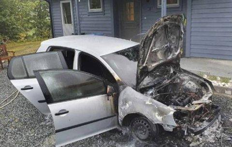 Bilen sto kun få meter fra husveggen, og brannvesenet sier dette kunne gått mye verre dersom brannen hadde fått spredd seg.